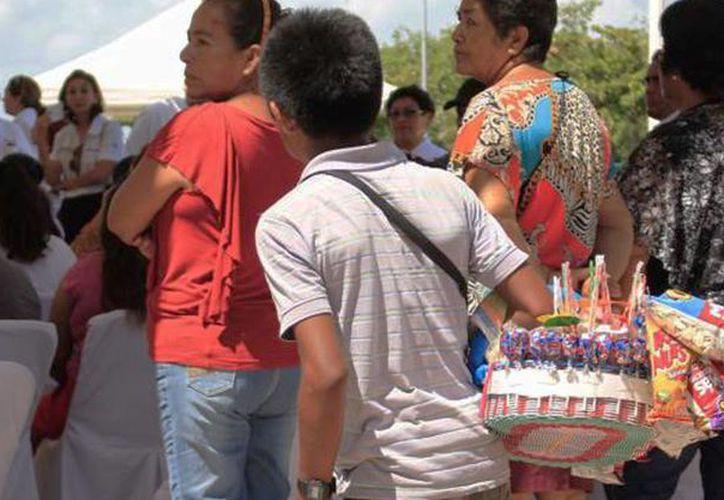 El DIF municipal reconoce que en las temporadas altas, muchos menores salen a la calle a trabajar para apoyar a su familia. (Tomás Álvarez/SIPSE)