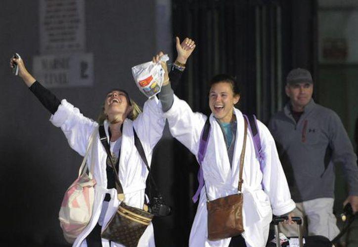 Kendall Jenkins (izq), de Houston, celebra con Brittany Ferguson después de bajar del crucero. (Agencias)