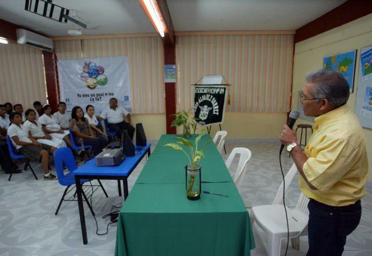 Damián Villanueva Chan, durante una conferencia sobre medio ambiente en la escuela 'Luis Álvarez Barret', aseveró que existe  una carencia de políticas públicas. (Milenio Novedades)