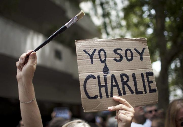 Cientos de argentinos se manifestaron frente a la embajada de Francia en Buenos Aires para expresar su condena a los atentados contra Charlie Hebdo. (AP)
