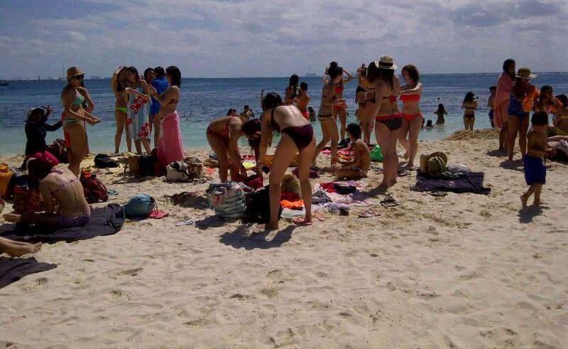 El día soleado enmarcó uno de los mejores días de Isla Mujeres, donde se registró un arribo masivo de visitantes. (Lanrry Parra/SIPSE)