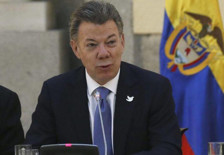 """""""He ordenado a las Fuerzas Armadas levantar la orden de suspensión de bombardeos a los campamentos de las FARC hasta nueva orden"""", dijo el presidente de Colombia, Juan Manuel Santos. (EFE/Archivo)"""