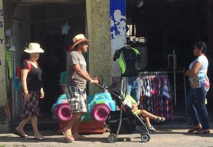 Turistas del crucero Carnival Elation recorren calles del puerto de Progreso. (Óscar Pérez/SIPSE)
