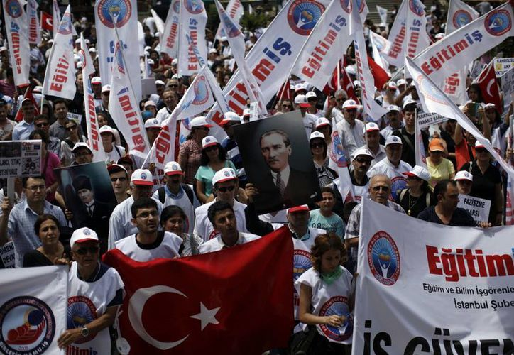 Los manifestantes se reúnen durante una protesta en el parque Gezi, cerca de la plaza Taksim, en Estambul, Turquía. (Agencias)