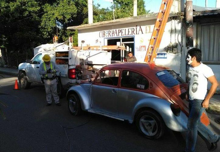 El vehículo del individuo recibió daños mayores, no se reportan lesionados.(Redacción/SIPSE)
