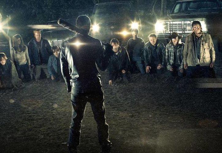 El abrupto final de la sexta temporada dejó al público asombrado, y también con una sensación de fascinación y enojo a partes iguales, ya que se dejó a la deriva quién es la víctima de Negan. (Fox)