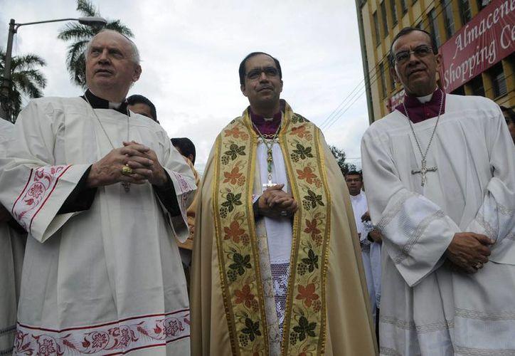 """El arzobispo de San Salvador, José Luis Escobar (c), dijo el 6 de agosto que la """"autodestrucción"""" por la violencia amenaza con convertir a El Salvador en un """"Estado fallido"""", lo que generó el rechazó de las autoridades gubernamentales. (EFE/Archivo)"""