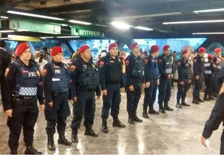 La gran mayoría de los policías capitalinos aprobaron exámenes de control de confianza. En esta foto, policías aplican filtros en las entradas del Metro para impedir el paso a 'bocineros'. (Tomada de Twitter Oficial / @SSP_CDMX)