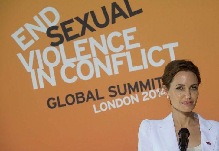 Angelina Jolie dedicó la conferencia a una víctima de violación a la que recientemente entrevistó en Bosnia. (AP)