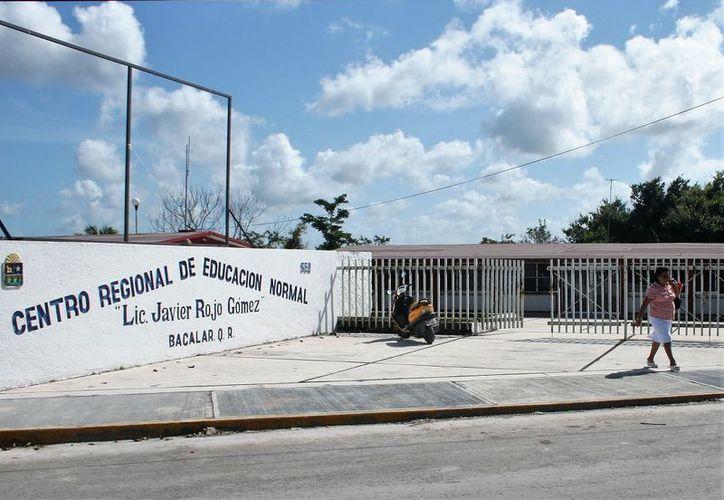 La Dirección General de la Normal señaló que normalmente el trámite dura un año, pero por el cambio de plan se registró una demora. (Javier Ortiz/SIPSE)