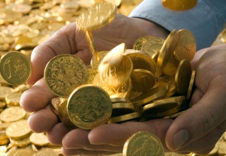 Después de haber hallado 79 monedas de puro oro, un anciano se quedó con 5 y dejó las demás abandonadas en el campo, cerca del pueblo de Akil. (youtube.com)