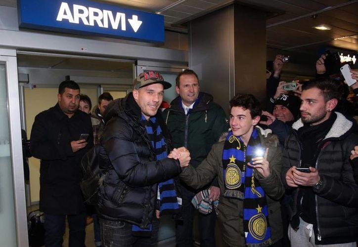 El delantero alemán Lukas Podolski fue recibido muy efusivamente por los aficionados del Inter de Milan, su nuevo equipo. (Foto: AP)