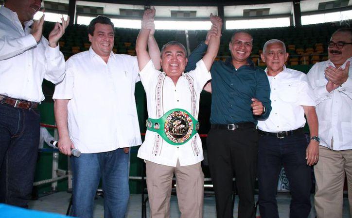 Guty Espadas Cruz, uno de los mejores boxeadores yucatecos de todos los tiempos, fue distinguido este domingo por el CMB como campeón honorífico. (Jorge Acosta/SIPSE)