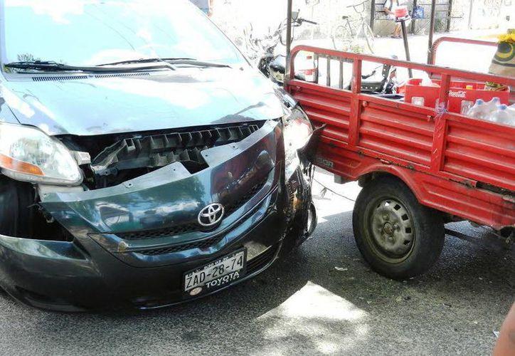 Un Yaris impactó un motocarro en Hunucmá. (Milenio Novedades)