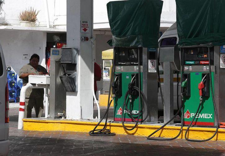 Existe una incertidumbre de cuánto será el 'ajuste' al precio de la gasolina, a partir del mes de febrero. Imagen de contexto de una gasolinería. (Notimex)