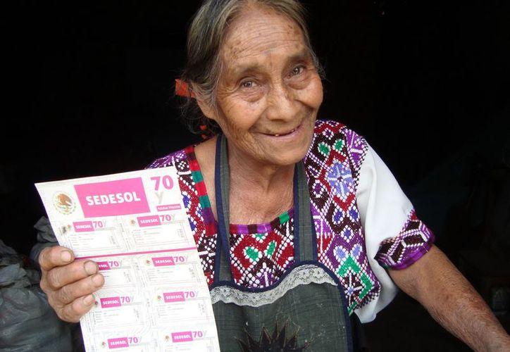 """También se pretende que los 3.3 millones de beneficiarios de """"70 y Más"""" puedan acceder a la información concerniente a los servicios de salud que están a su disposición. (Archivo/Notimex)"""