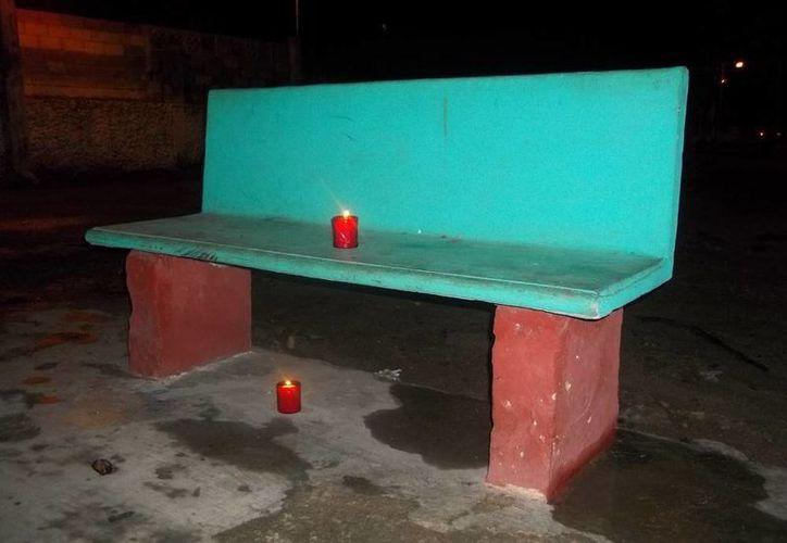 En esta banca del parque de la colonia San Andrés Chulub de Muna aseguran que un fantasma espanta a quien se siente en ella. (Jorge Moreno/SIPSE)