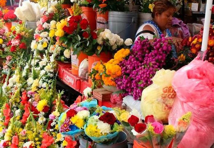 Las flores, elemento indispensable en los novenarios a la Virgen. (Foto: contexto/SIPSE)