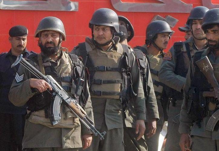 Soldados de Pakistán llegan a la Universidad Bacha Khan en Charsadda, a unos 35 kms a las afueras de la ciudad de Peshawar, en Pakistán, este 20 de enero, tras el ataque de un grupo de hombres armados. (Foto AP/Mohammad Sajjad)