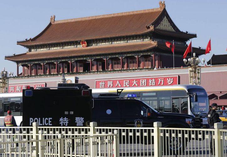 Una camineta policial se encuentra estacionada delante de la Ciudad Prohibida, en la plaza de Tiananmen, en Beijing. (EFE)