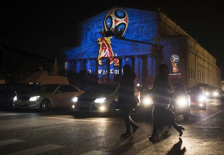 Al tiempo que era presentado en el espacio, el logotipo de la Copa del Mundo Rusia 2018 se proyectó en la fachada del Teatro Bolshói de la capital rusa. (AP)