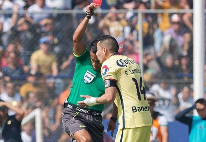 La directiva del Club América dio a conocer los castigos que tendrán los jugadores por recibir amonestaciones y expulsiones durante el siguiente torneo.(Excélsior)