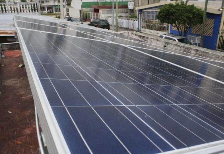 Los usuarios que instalen en su casa un sistema de energía renovable, pueden tener facturas cercanas a 0 pesos.  (Harold Alcocer/SIPSE)