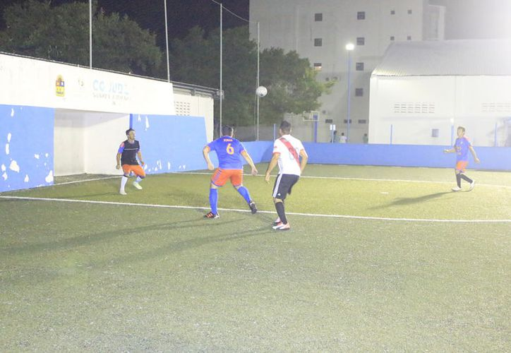 La escuadra de Selva Maya Viajes consiguió una importante victoria luego de golear al Real Misil 14 - 3, mientras Deportivo UNE dio cuenta de Capa 6 - 5. (Miguel Maldonado/SIPSE)