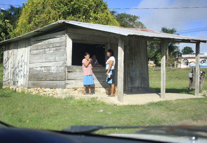 Las personas mayores que viven en zonas rurales limítrofes con el estado de Quintana Roo no pueden afiliarse a programas sociales. (Harold Alcocer/SIPSE)