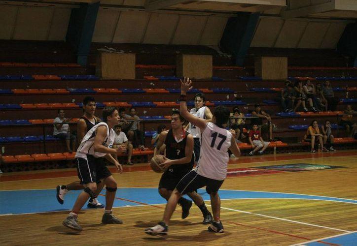 Los equipos se preparan para el torneo de básquetbol. (Tomás Álvarez/SIPSE)