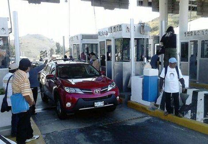 Los maestros tomaron dos casetas de la Autopista del Sol. (Rogelio Agustín Esteban/Milenio)