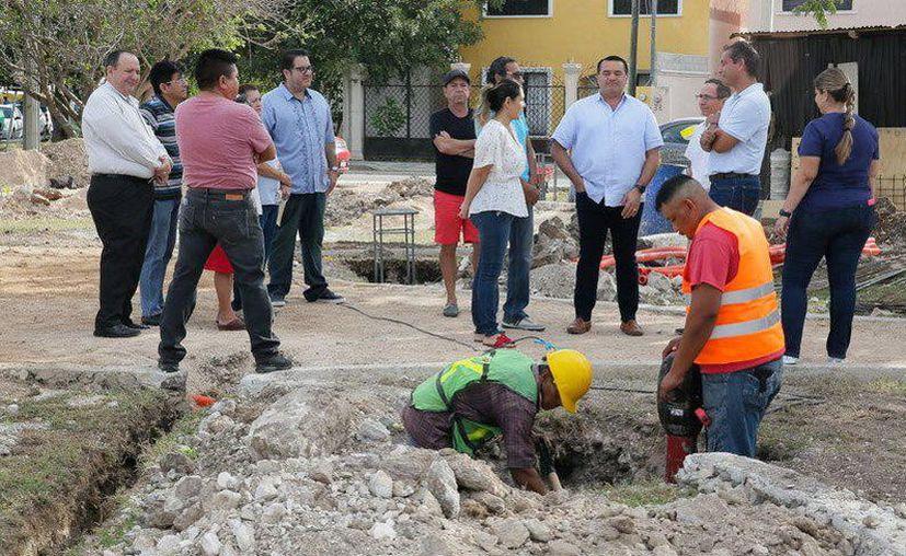 Renán Barrera supervisando los trabajos de construcción.(Foto: Novedades Yucatán)