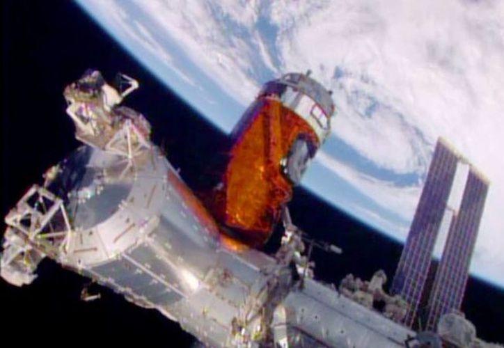En esta foto suministrada por la NASA se ve el proceso de acoplamiento de la nave de carga a la Estación Espacial Internacional en órbita, este 24 de agosto de 2015. La carga incluye whisky y otros licores para experimentos. (NASA via AP)