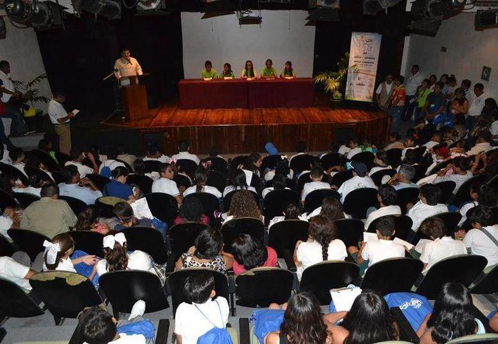 Jóvenes de diferentes partes de México y de Perú participan en el  Congreso Internacional de los Niños y Jóvenes por el Medio Ambiente. (Irving Canul/SIPSE)
