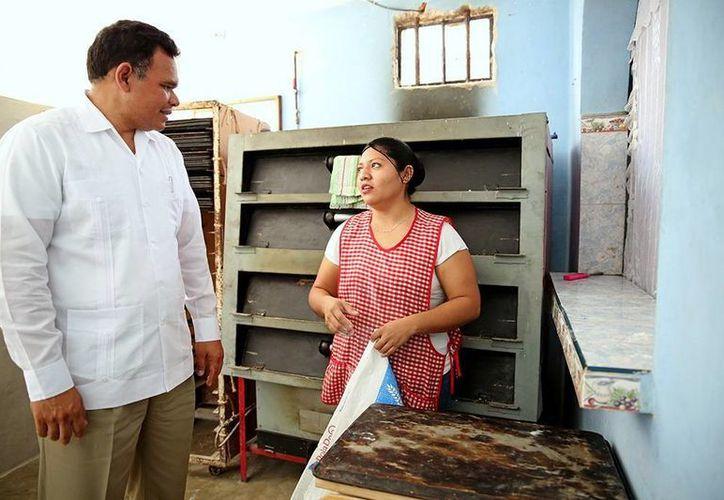 El Gobernador platica con Cindy Sánchez, beneficiaria del programa. (Milenio Novedades)