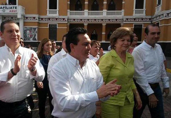 Imagen de la llegada de los precandidatos Lucely Alpizar, Felipe Cervera y Liborio Vidal Aguilar, esta mañana a la Casa de Pueblo en el centro de Mérida. (@ahdzc9)