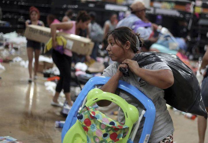 El gobernador de Veracruz, Miguel Ángel Yunes, asegura que habrá 'mano dura' contra quienes están detrás de los saqueos y actos vandálicos en la entidad. (AP/Felix Marquez)