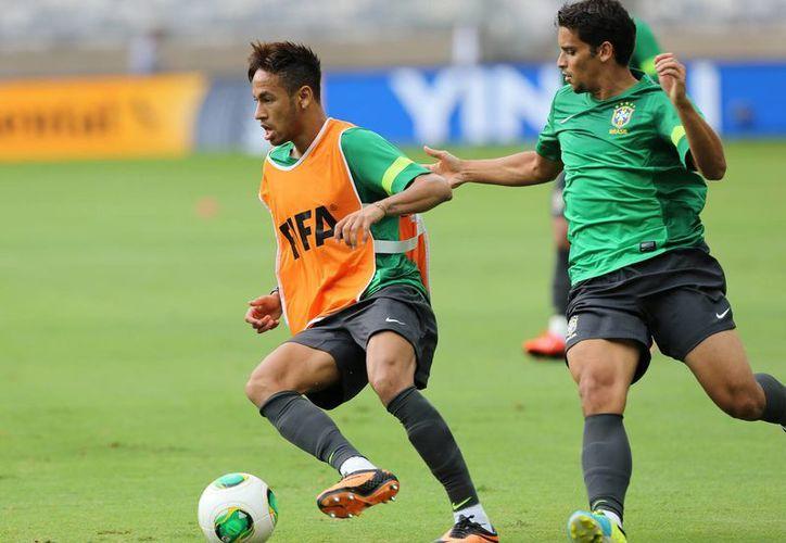 Neymar (i) y Jean durante un entrenamiento de la Verde Amarella. (Agencias)