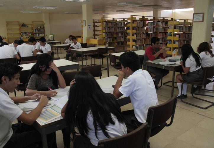 La biblioteca pública Enrique Barocio Barrios, es la que cuenta con estos ejemplares.  (Tomás Álvarez/SIPSE)