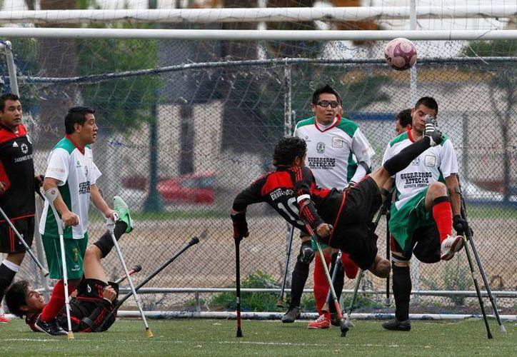 Apoyados sólo en sus muletas, los equipos de futbol 'Guerreros Aztecas' y 'Los Dragones' demuestran que no hay barreras ni limitaciones para conseguir lo que se desea. (AP)
