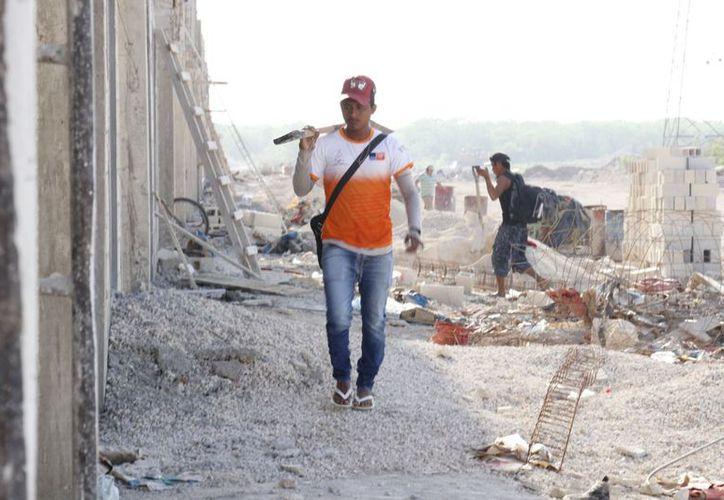 Los albañiles trabajan bajo grandes peligros y en la mayoría de los casos sin seguridad social. (Fotos: José Acosta/Milenio Novedades)