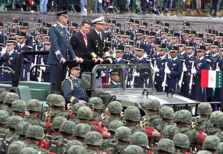 En la parada militar participaron elementos del Ejército México, Fuerza Aérea, la Secretaría de Marina, Armada de México, entre otros. (Notimex)