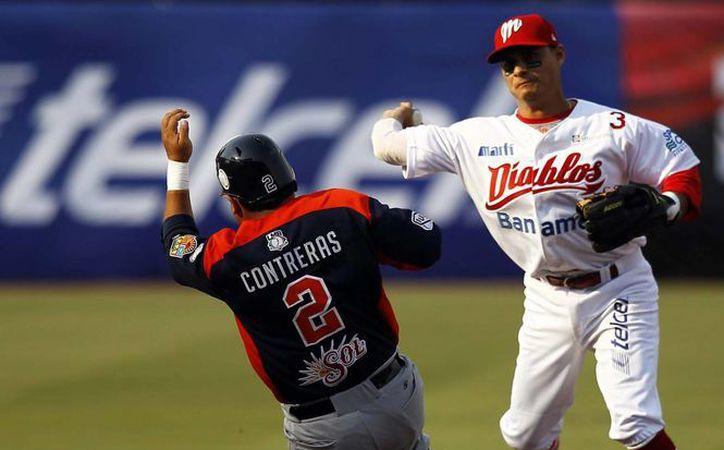 Acciones del encuentro entre los Diablos Rojos contra los Tigres de Quintana ROO, en el inicio de la temporada 2013. (Notimex)