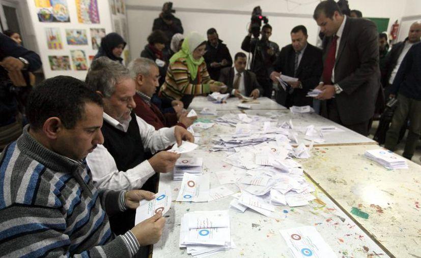 Recuento de papeletas en la segunda ronda de votaciones del referendum sobre una nueva constitución egipcia. (EFE)
