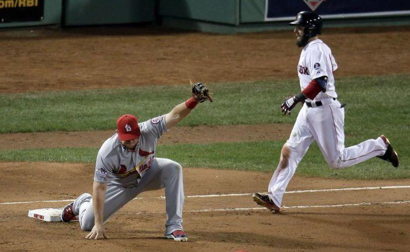 Garrafal error del primera base de los Cardenales, Matt Adams, incapaz de cachar la pelota mientras  Dustin Pedroia llega a primera base en la séptima entrada. (Agencias)
