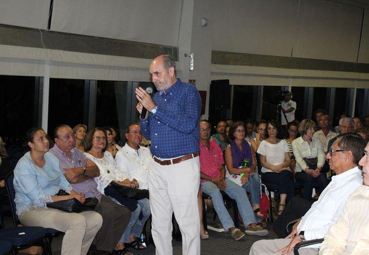 Al término de la presentación, Fernando Martí agradeció a todos por su asistencia. (Foto: Faride Cetina)
