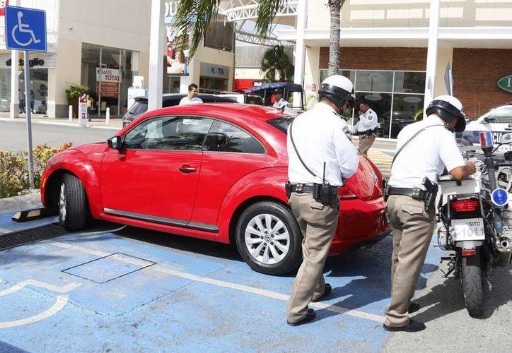El tarjetón deberá estar en un lugar visible del vehículo de lo contrario será acreedor de una sanción. (Luis Soto/SIPSE)