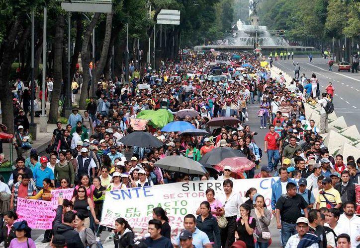 Los manifestantes señalan que la solución del conflicto está en manos del Presidente. (Notimex)