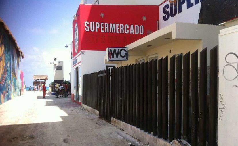 Los baños de la plaza Forum fueron cerrados al público. (Sergio Orozco/SIPSE)