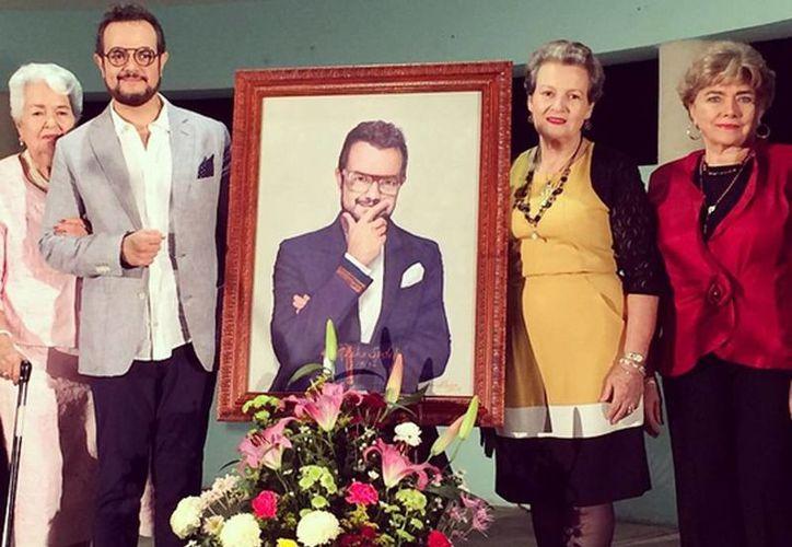 El cantante Aleks Syntek acompañado de su abuela (derecha) y Elena Fernández Moral, presidenta del Consejo Directivo del Museo de la Canción Yucateca, A.C. (izq) y una persona no identificada. (Instagram syntekoficial)